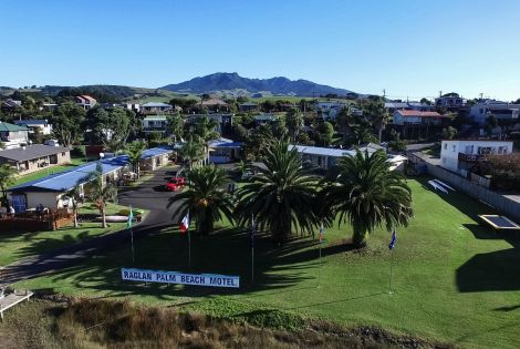 Raglan Palm Beach Motel | Surfers Hut